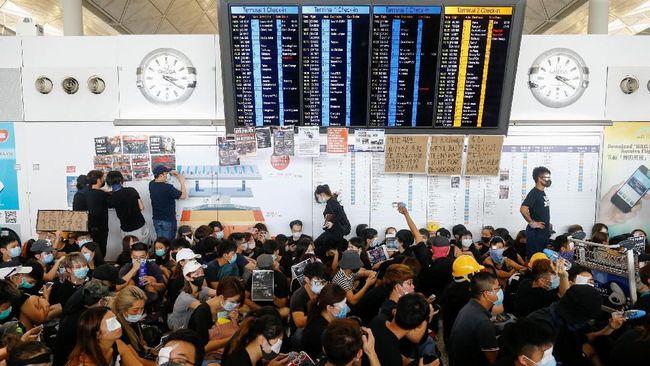 China mengecam unjuk rasa di Hong Kong sebagai aksi terorisme setelah pedemo melempar bom molotov ke arah personel kepolisian selama protes yang kembali ricuh.