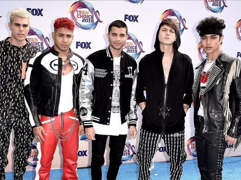 CNCO. Boyband asal Amerika Selatan ini tampil dengan penampilan yang didominasi warna hitam dan putih. CNCO juga berhasil meraih empat nominasi dalam ajang tersebut.