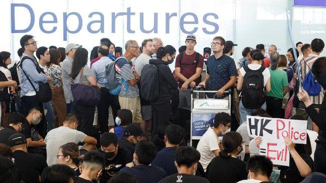 Penumpang pesawat yang terjebak di bandara Hong Kong menyatakan dukungan untuk pengunjuk rasa meski penerbangan mereka dibatalkan akibat demonstrasi.