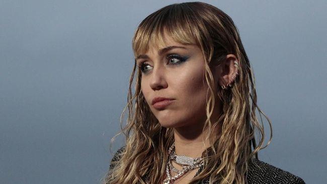 Miley Cyrus Sebar Pesan Natal agar Penggemar Tak Kesepian