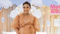 <p>Istri Regi Datau ini mengadakan acara baby shower di awal Agustus lalu, Bun. (Foto: Instagram @mrsayudewi)</p>