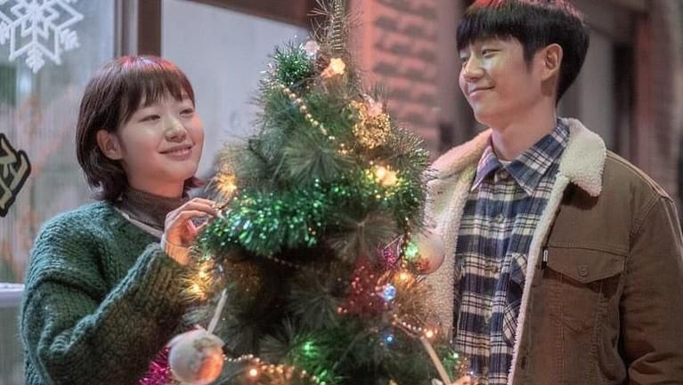 Dalam film terbarunya, Tune in For Love, Kim Go Eun tampil serasi dan bikin baper saat beradegan mesra dengan Jung Hae In.