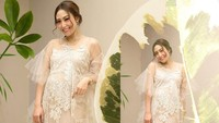 <p>Gaun indah dipadu riasan cantik dan senyum manis, penampilan Ayu bisa menjadi inspirasi Bunda yang sedang hamil. (Foto: Instagram @mrsayudewi)</p>