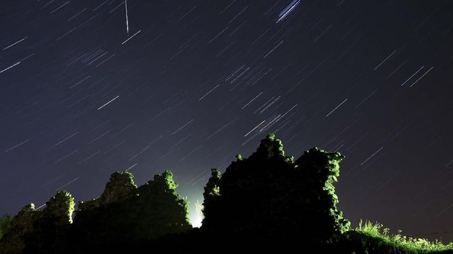 LAPAN buka suara soal cahaya pijaran meteor atau fireball yang tampak mellintasi langit Yogyakarta.