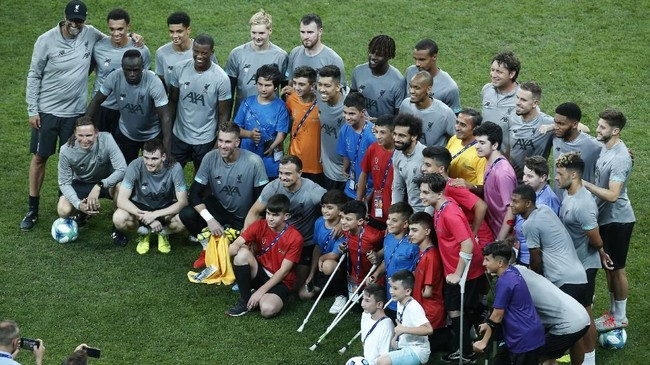 Skuat Liverpool dan Chelsea menghibur sejumlah fan difabel jelang pertemuan di Piala Super Eropa 2019 di Besiktas Park, Istanbul, Rabu (14/8).
