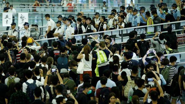 Bandara Internasional Hong Kong kembali membuka penerbangan keberangkatan pada Rabu pagi setelah sempat lumpuh selama dua hari terakhir akibat demonstrasi.