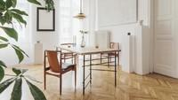 Meja dan kursi ala skandinavia seperti ini membuat ruang makan terasa nyaman.