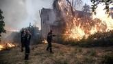 Hutan lindung di Pulau Evia, sebelah utara Ibukota Athena, Yunani, hangus akibat kebakaran. Sekitar 1000 pemadam kebakaran diterjunkan untuk memadamkan api.