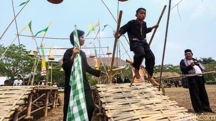 Pemerintah Kabupaten Bekasi menggelar Festival Permainan Tradisional di Komplek Perkantoran Pemkab Bekasi, Jawa Barat, Kamis (15/8/2019). Festival itu untuk memeriahkan hari jadi kabupaten Bekasi.