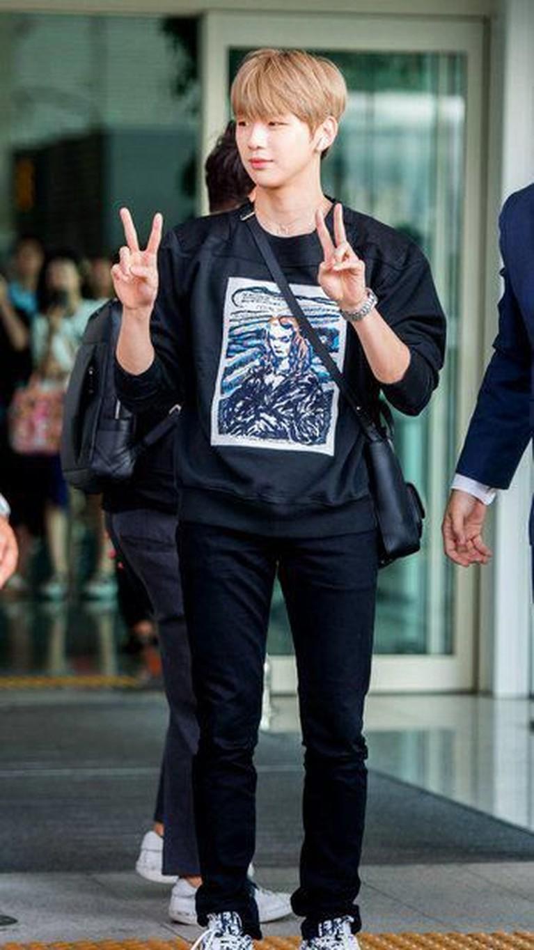 Penampilan Kang Daniel sangat santai namun menarik perhatian. Ia menegnakan kaos tangan panjang hitam dan celana panjang hitam. Ia pun berpose dengan mengangkat kedua jarinya.