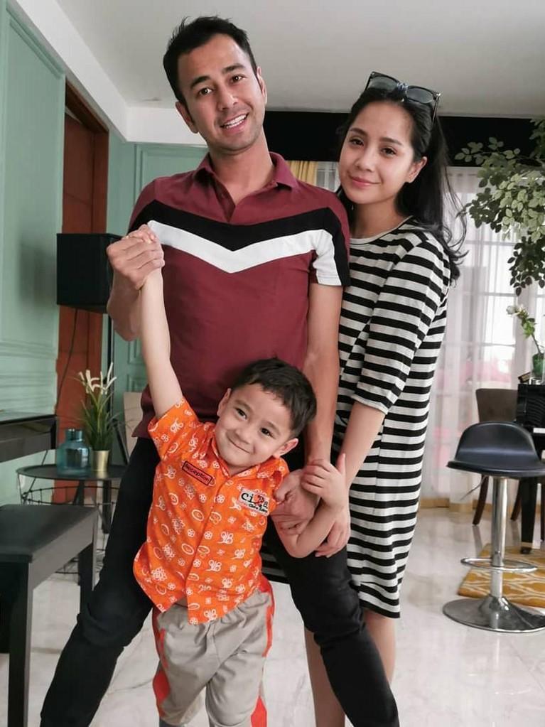 Pada Mei lalu, ketika Rafathar naik kelas ia dihadiahi sebuah mobil Toyota Alphard 2019. Di usianya yang masih anak-anak tentu hadiah itu tergolong sangat mewah.