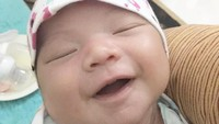 <p>Tidur sambil tersenyum begini, Quinnsha terlihat menggemaskan ya, Bun. (Foto: Instagram @ilhamfauzie)</p>