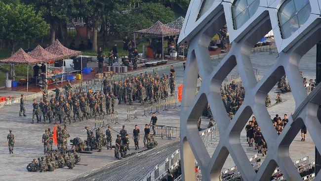 Ribuan personel militer China menggelar parade di dekat perbatasan dengan Hong Kong, Kamis (15/8), di tengah peningkatan ketegangan akibat demonstrasi.
