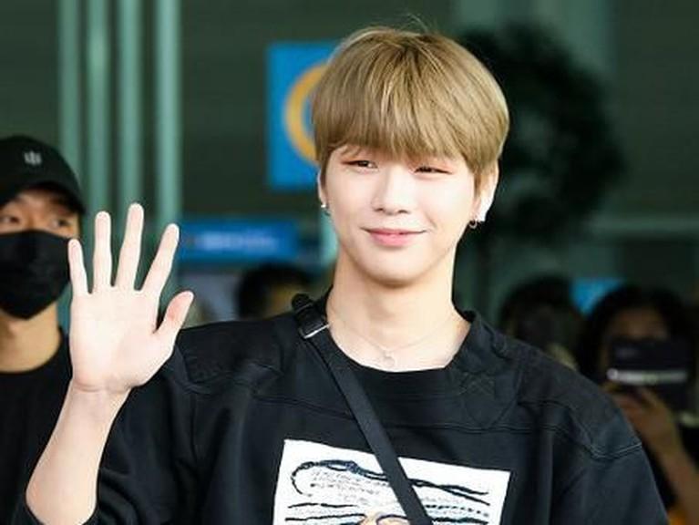 Kang Daniel terlihat sering melambaikan tangan kepada media saat menunjukkan penampilan pertamanya ini di publik.