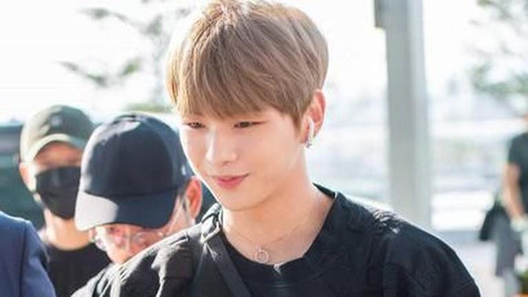 Setelah kabar asmaranya dengan Jihyo TWICE muncul ke media, ini adalah penampilannya ke publik. Kang Daniel menebar senyum.