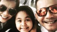 """<p>""""<em>Saling Setia selama 22 tahun pernikahanku dengan suami terhebat @joemichael007 dan putri tercinta kami @lativa_joe</em>,"""" ujar Rita Effendy dalam akun Instagramnya pada November 2018. (Foto: Instagram @ritaeffendyofficial)</p>"""