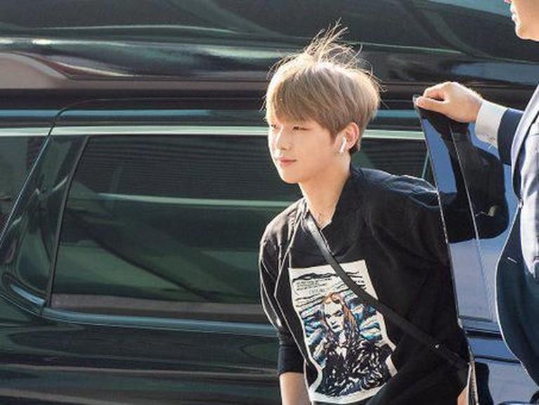 Kang Daniel saat turun dari mobil menuju bandara Incheon untuk berangkat ke Singapura.