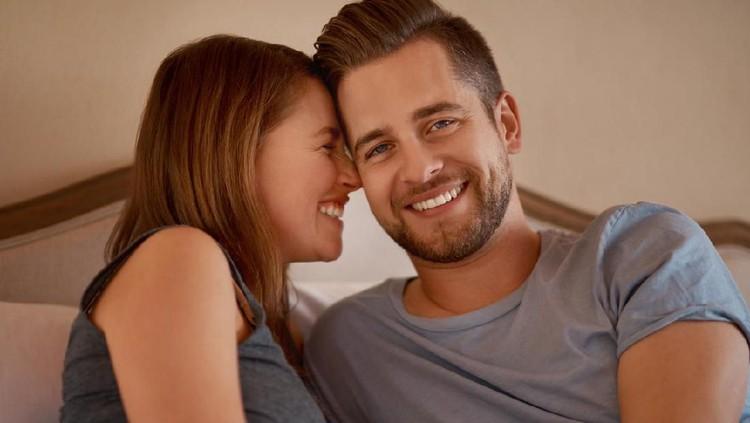 Posisi seks yang baik bisa mendekatkan Bunda dan Ayah secara emosional, enggak cuma melepaskan hasrat intim saja.