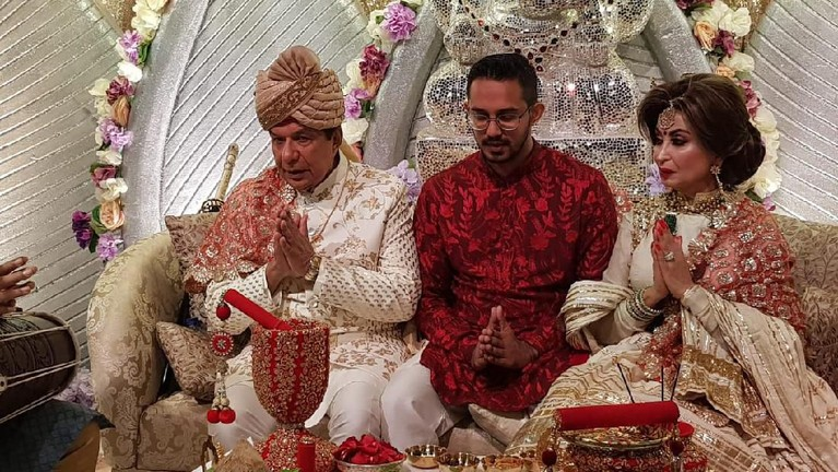 Raam, Raakhee dan Amrit Punjabi sedang berdoa untuk pernikahan anaknya dengan Sanjana.