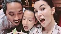 <p>Saat Bunda Nadya berulang tahun, Nayla, dan sang ayah tak ketinggalan ikut meniup kue ulang tahun. <em>So sweet</em>! (Foto: Instagram @nadyahutagalung)</p>