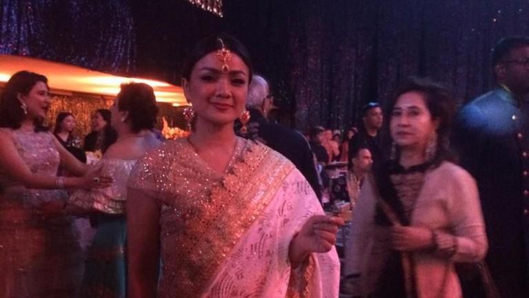 Artis Indonesia, Nirina Zubir yang mengenakan pakaian sari juga diundang dalam acara pernikahan Amrit Punjabi dan Sanjana.