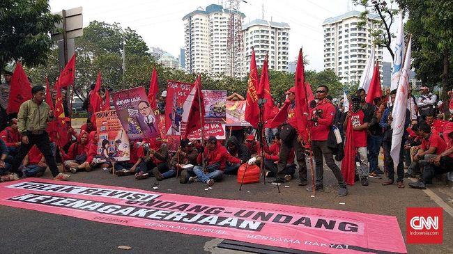 Saat berdemo di depan DPR, buruh menyatakan bahwa rencana revisi UU Ketenagakerjaan akan semakin memberatkan buruh dan sebaliknya menguntungkan pengusaha.