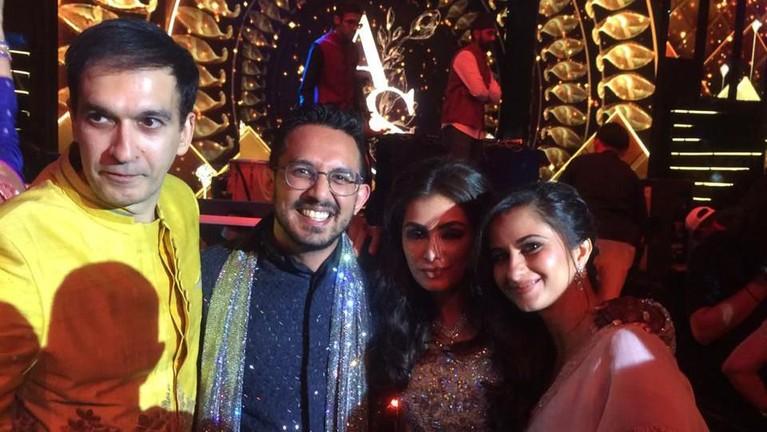 Manoj Punjabi dan istri berfoto dengan Amrit dan Sanjana saat pernikahan yang diadakan di Kempinski Bali.