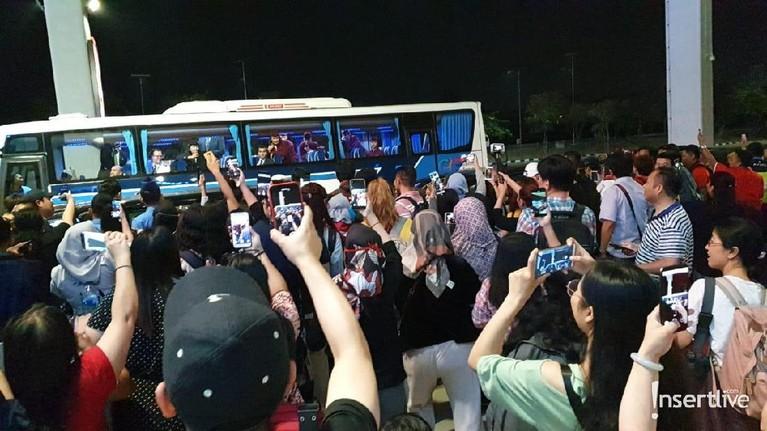Para personil acara variety show, Running Man sudah tiba di Jakarta. Berikut potret suasana kedatangan mereka yang disambut antusias pengemar.