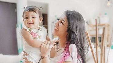 Manfaat Ajari Anak Renang Sejak Bayi seperti Sharena Delon