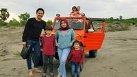 <p>Masih ingat dengan wajah imut Tika AFI? Perempuan yang saat ini dikenal dengan Tika Ramlan telah memiliki tiga anak dari pernikahannya dengan Tri Aji Raharso. Mereka adalah Arkana Uno Raharso, Attala Mada Raharso, dan Chayra Sabiya Raharso Hadinoto. (Foto: Instagram @tika_ramlan)</p>