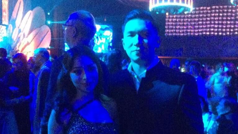 Nikita Willy dan pasangan juga hadir dalam acara pernikahan anak Raja Sinetron Indonesia yang dilaksanakan di Bali