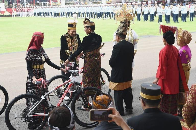 Upacara Bendera yang dilaksanakan di Istana Negara begitu meriah dan menarik. Intip keseruannya yuk!