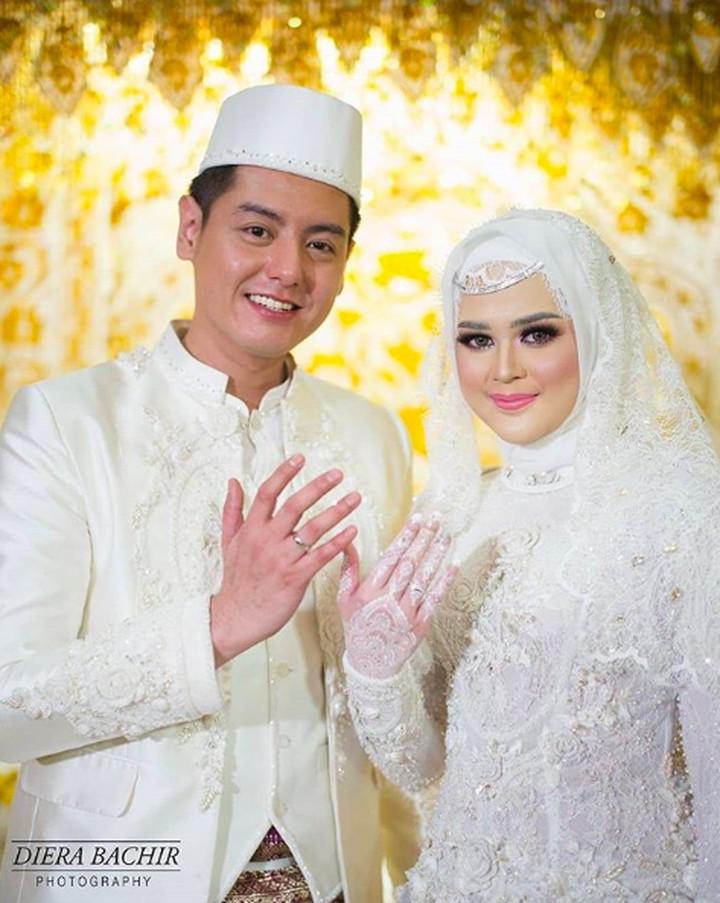 Cut Meyriska dan Roger Danuarta resmi menikah hari ini, Sabtu (17/08/2019) di Medan, Sumatera Utara. Intip yuk foto mesra mereka dengan berbagai konsep unik.