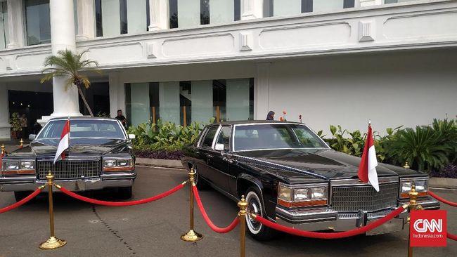 Dua mobil kepresidenan era Presiden ke-2, Soeharto, dipajang di halaman belakang Istana Negara menjelang perayaan HUT ke-74 Kemerdekaan RI, Sabtu (17/8).