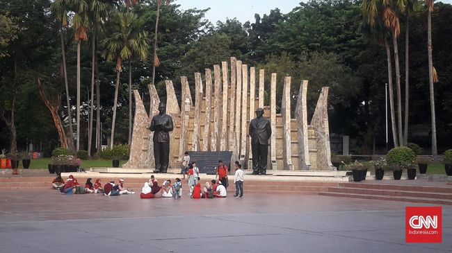Tak ada gegap gempita di Tugu Proklamasi, Jakarta Pusat. Begitu upacara HUT ke-74 RI selesai, tempat bersejarah kemerdekaan RI itu pun sepi seperti biasanya.