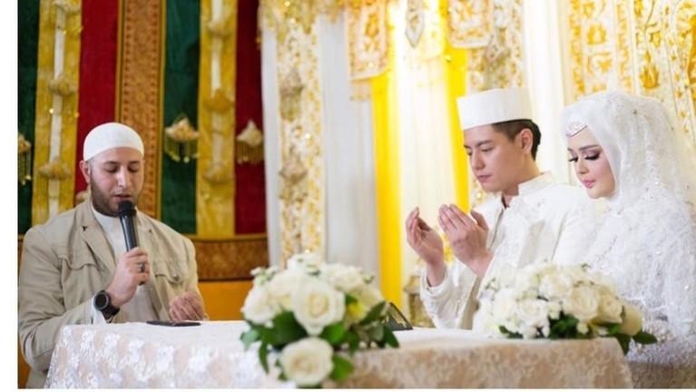 Roger dan Cut Meyriska melangsungkan ijab kabul di keidaman Cut di Medan, Sumatra Utara, Sabtu (17/8).