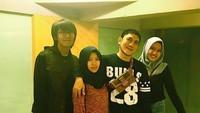 <p>Hang out dengan tiga anaknya, masih seperti anak muda ya Ayah Yana ini. (Foto: Instagram @yanajulio60)</p>