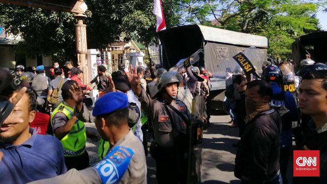 Direktur LBH Papua mendesak Komnas HAM menginvestigasi dugaan pelanggaran HAM yakni terjadi pembiaran dan diskriminasi rasial terkait kasus di Surabaya.