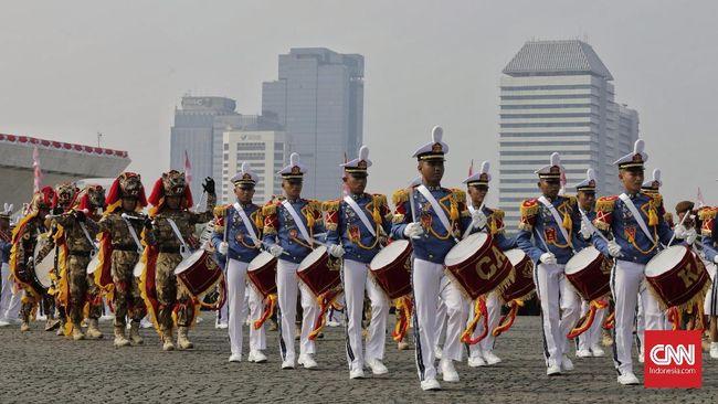 Penampilan marching band saat kirab duplikat Bendera Pusaka Merah Putih dan teks Proklamasi Upacara Peringatan Detik-Detik Proklamasi di kawasan Monas, Jakarta, Sabtu, 17 Agustus 2019.