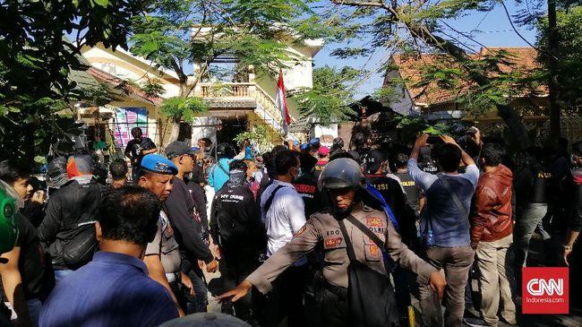 Suasana Asrama Mahasiswa Papua di Surabaya kembali mencekam. Polisi merangsek masuk asrama dan menembakkan gas air mata. sejumlah mahasiswa dibawa ke Mapolres.