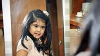 Kecil-kecil sudah pintar bergaya nih Almira Tunggadewi Yudhoyono. Imut banget! (Foto: Instagram @annisayudhoyono)
