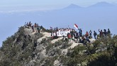 Gunung Lawu menjadi lokasi favorit pendaki untuk upacara 17 Agustusan.