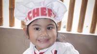 Nah, foto ini diambil ketika tahun 2012 atau tepatnya saat Almira Tunggadewi Yudhoyono berusia 4 tahun. Wah sejak kecil sudah pintar memasak nih. (Foto: Instagram @annisayudhoyono)