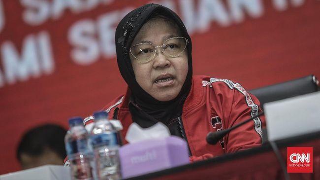 Walikota Surabaya Tri Rismaharini memantau kotanya lewat aplikasi di sela rakernas PDIP.