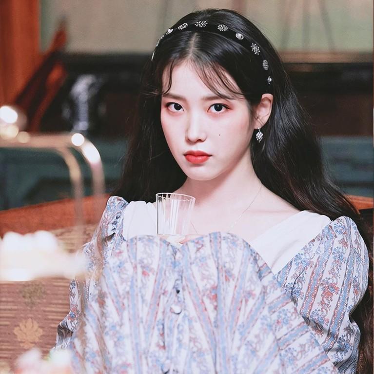 Selain gaya rambut, penggunaan aksesoris rambut seperti bando yang dilakukan IU di drama Korea ini juga banyak diikuti oleh para wanita di Korea.