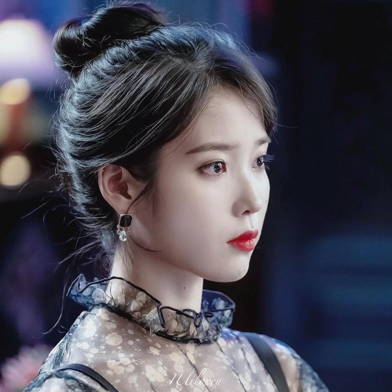Gaya rambut head bun ala Korea khas IU di drama Korea Hotel Del Lunajuga banyak disukai.