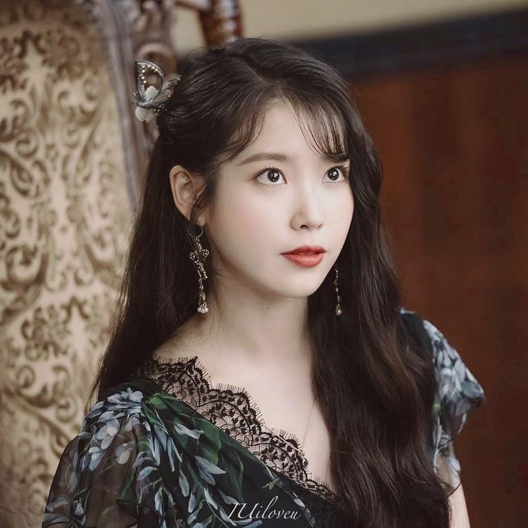 Rambut panjang bergelombang dan diikat sebagian ke belakang atau half tied with braidjuga menjadi gaya rambut andala IU di drama korea ini. Gaya rambut inilah yang salah satunya menjadi tren di Korea.