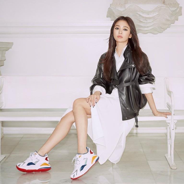 Foto terakhir adalah di mana Hye Kyo memakai gaun putih yang dipadukan dengan jaket kulit berwarna hitam. Penampilan Song Hye Kyo pun semakin terlihat awet muda dengan memadukan gaunnya dengan sneakers berwarna color full.