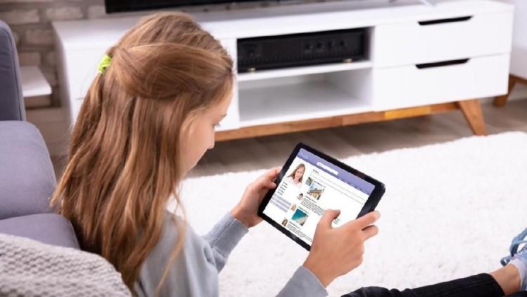 Bila anak sudah memiliki akun media sosial atau medsos, sebaiknya Bunda mulai mengarahkan mereka dalam menyikapi unggahan yang mereka temui.