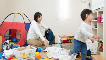 Tips agar Anak Mau Merapikan Sendiri Mainannya